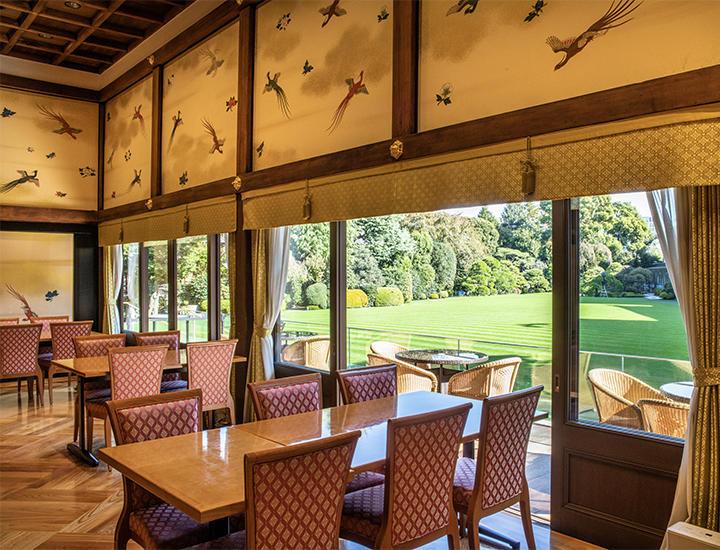 密のない緑に囲まれたカフェ&ラウンジの「kinkei」 / Lounge