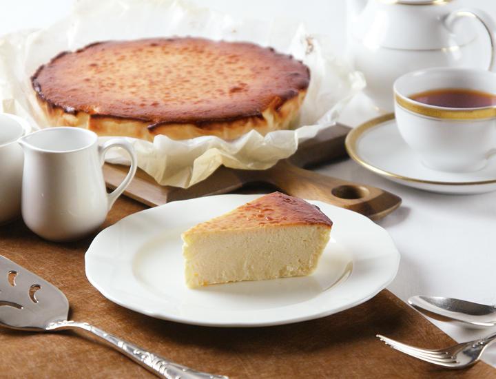 12/1より「ノルマンディー風とろけるチーズケーキ -カルバドス香るキャラメル林檎とバニラアイス添え-」