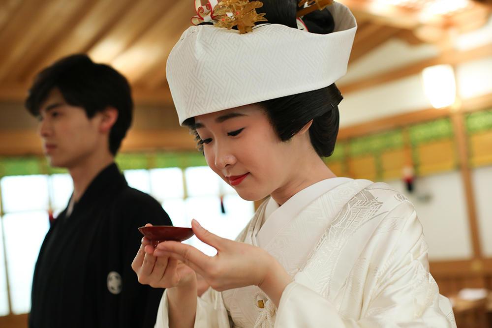 聖盃の儀は新郎新婦が巫女から受ける御神酒をいただく儀式