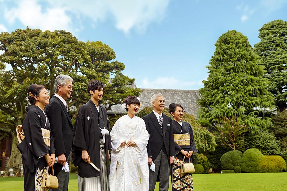 挙式後庭園でゲストと歓談。素敵な思い出を。
