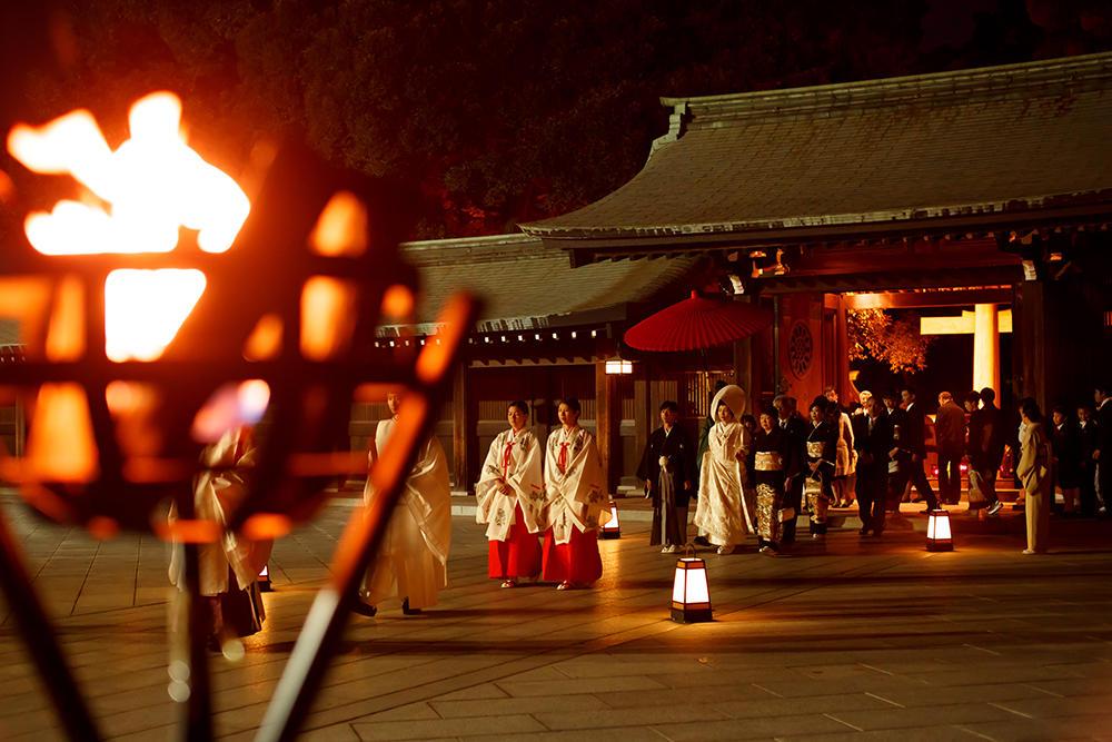 10月から期間限定で行う明治神宮の「灯り参進」は幽玄な世界が広がります